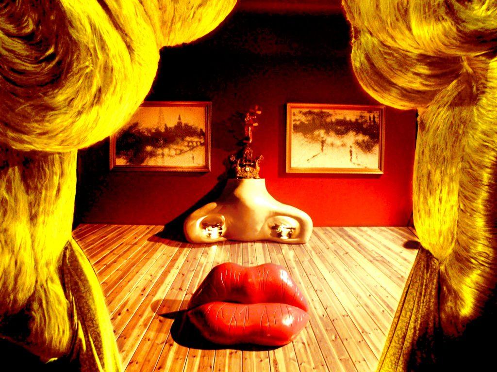 Mae West Room au Musée Dali de Figueres. La photo représente une illusion du visage de l'actrice avec les rideaux pour ses cheveux, deux cadres pour ses yeux et du mobilier pour sa bouche et son nez